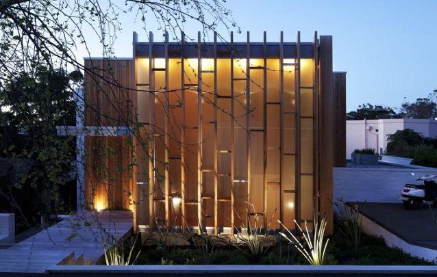 Uma fachada inusitada e sofisticada para uma pequena casa