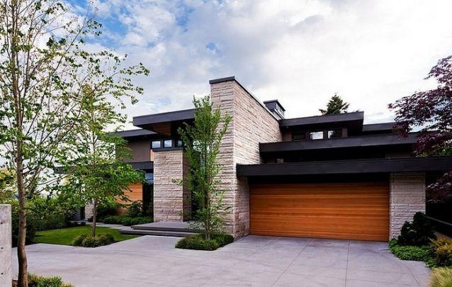 Fachada de casa sofisticada com acabamento em pedra