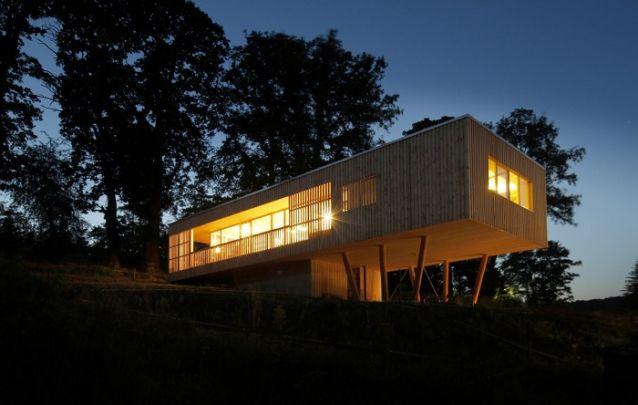 Modelo de casa feito em madeira para combinar com o ambiente campestre