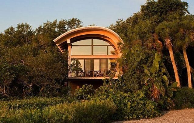 Modelo de casa inusitado, com telhado em curva