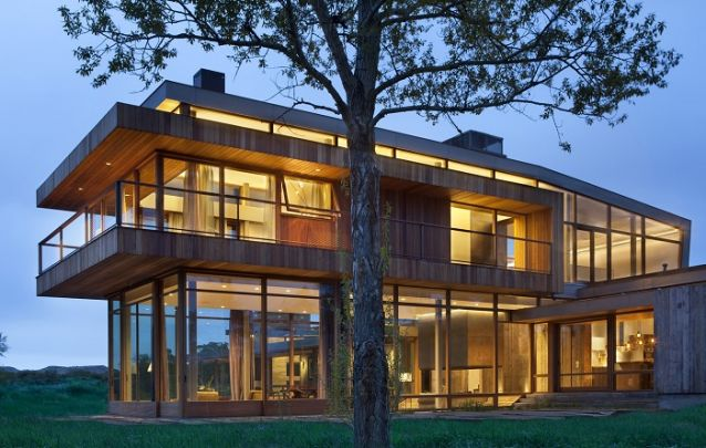 Este modelo é uma amostra de como projetos de casas com muito vidro e madeira se tornam elegantes