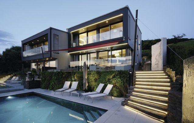 Projeto de casa geminada de dois andares com piscina individual