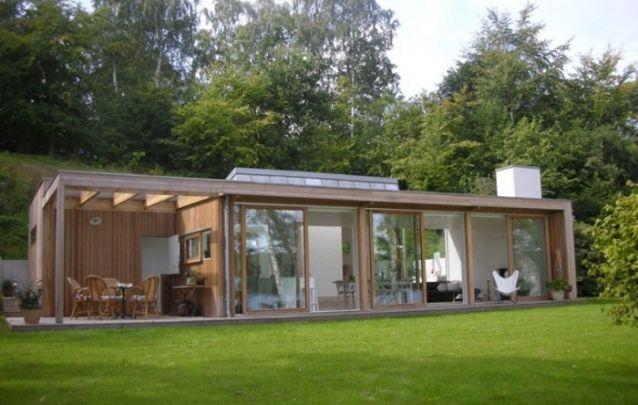 Para os finais de semana no campo, aposte em um projeto de casa pequeno e minimalista, com muita madeira e vidro
