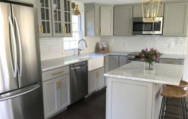 Cozinha Planejada em L, geladeira em linha reta com a pia, e o fogão ou cooktop ficam no outro lado, mas isto não é uma regra.