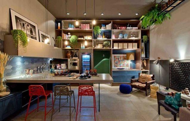 Por propiciar uma maior interação, este layout de cozinha é uma ótima opção para espaços gourmets.