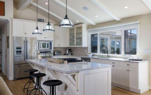 Você pode apostar em uma cozinha em L com ilha para auxiliar na rotina dentro da cozinha, e agregar um valor estético ao ambiente.