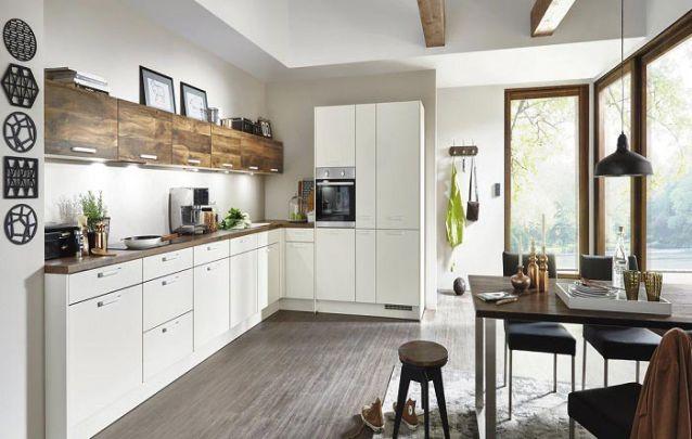 Cozinha planejada com formato em L branca e marrom