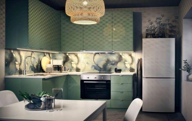 A cozinha planejada pequena em verde combina muito bem com o blacksplash singular
