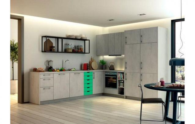 Se você tem medo de ousar nas cores, aposte em uma pequena faixa colorida no armário de cozinha