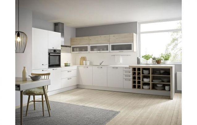 A vantagem de uma cozinha planejada, é que você pode adicionar ao projeto itens de desejo, neste caso, foi uma pequena adega
