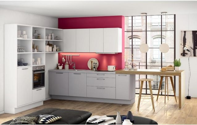 A cor não necessariamente precisa estar presente nos móveis, você pode traze-la através de uma parede de destaque