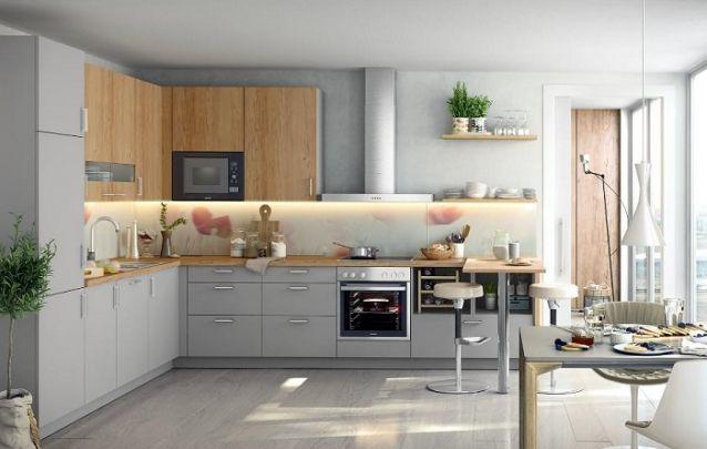 O cinza e a madeira deixam a cozinha planejada em L moderna e equilibrada