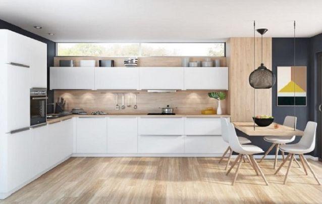 Cozinha planejada em L com uma mesa de jantar suspensa