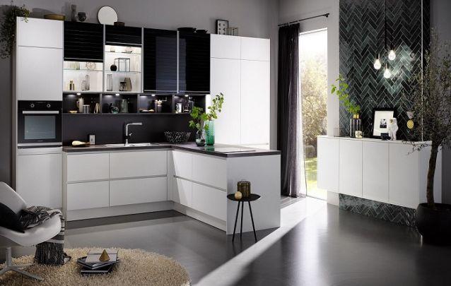 Branco e preto, uma combinação clássica para compor uma cozinha planejada