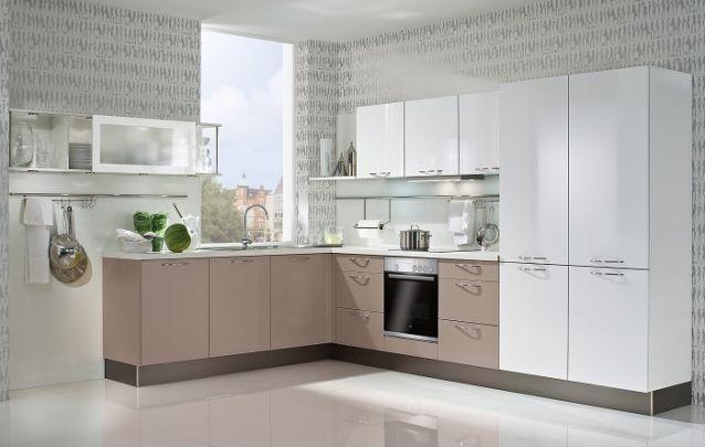 Cozinha planejada em L delicada e agradável