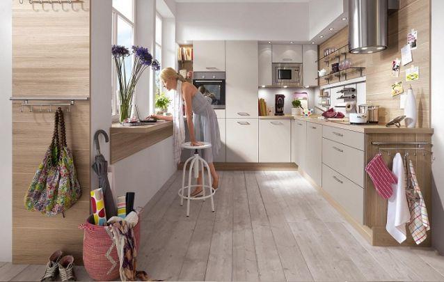 Uma cozinha planejada em L com acabamento amadeirado traz aconchego para o espaço