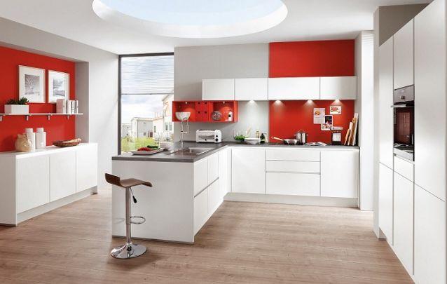 Cozinha planejada em branco e vermelho