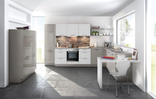 O acabamento em pedra na parede atrás do fogão deixa está cozinha planejada sofisticada