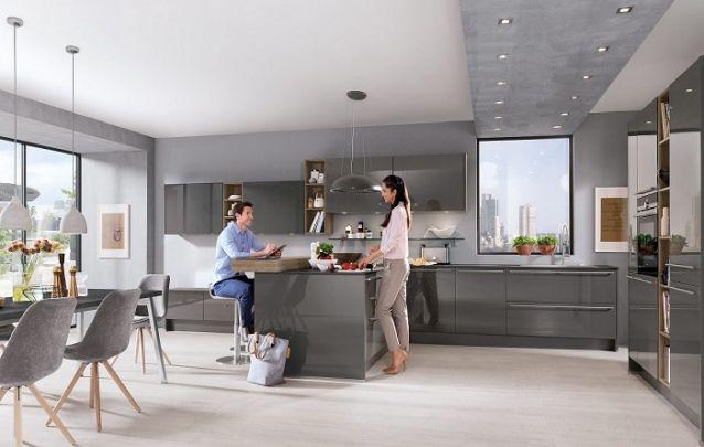 O acabamento brilhante nos armários planejados deixou o design da cozinha refinado