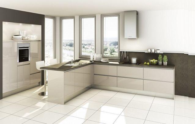 Se houver espaço disponível, você pode acomodar os eletrodomésticos, como forno e micro-ondas, fora do layout em L