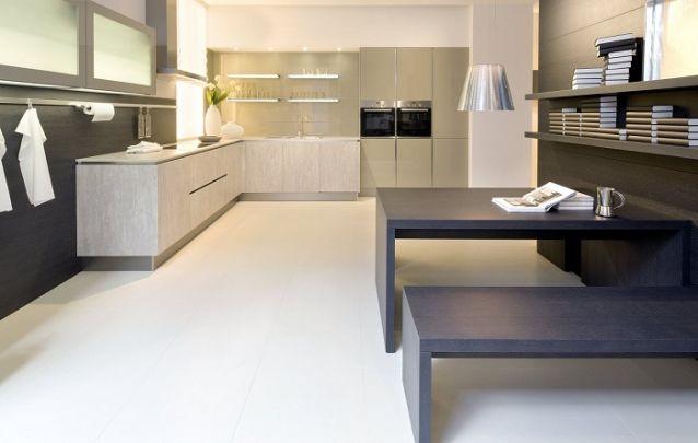 Diferentes nuances de marrom foram escolhidas para essa grande cozinha planejada em L