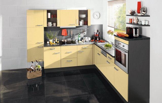 Este tom de amarelo traz um toque retrô para esta cozinha planejada