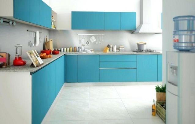 A cozinha planejada em azul deixa o ambiente descontraído