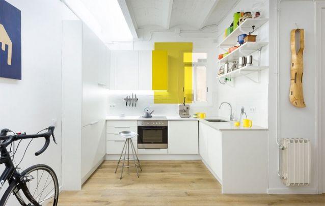 Pequena cozinha planejada em L minimalista e atual