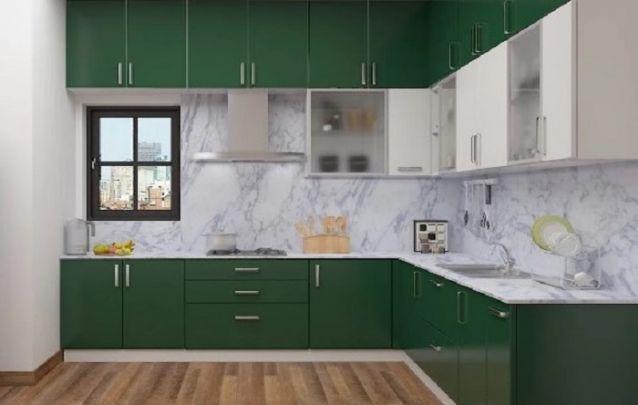 O verde musgo dos armários planejados e o blacksplash em mármore, deixam esta cozinha pra lá de requintada