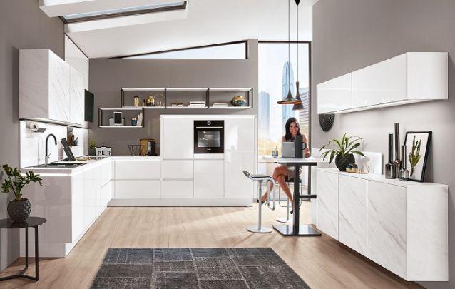 Cozinha em L discreta e elegante