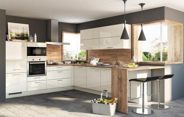 Mesmo que haja uma bancada perpendicular em uma das extremidades da cozinha, ela continua se enquadrando neste layout em L
