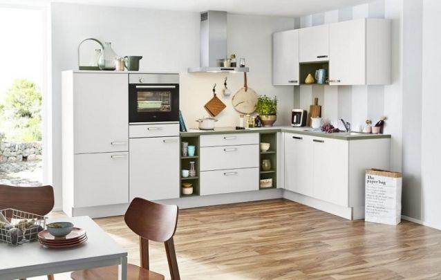 Branco e marrom foram os escolhidos para compor está cozinha em L tradicional