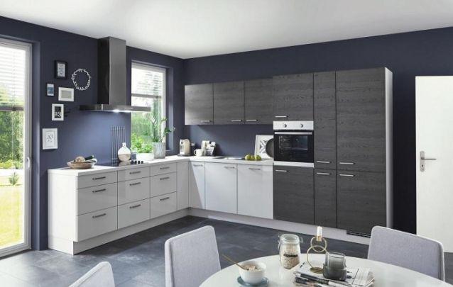 O azul escuro das paredes junto dos armários planejados em preto, auxiliam na hora de criar a sensação de aconchego neste espaço maior