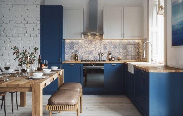 Os armários planejados da cozinha estão em harmonia com os móveis da sala de estar