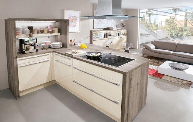 Pequena cozinha em L para espaços integrados