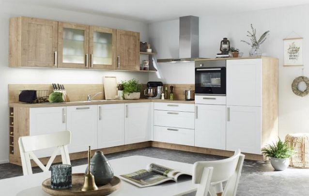 Uma linda cozinha planejada com layout em L e toques rústicos