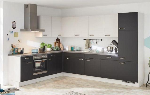 Cozinha planejada em L com um grande espaço de armazenamento