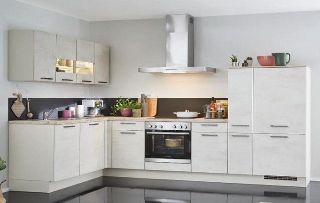 Cozinha planejada com geladeira embutida