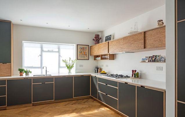 A cortiça é uma ótima opção para revestimento de armários para a área da cozinha