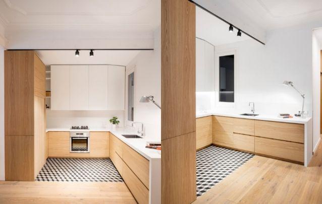 Cozinha planejada pequena com predomínio da madeira no design