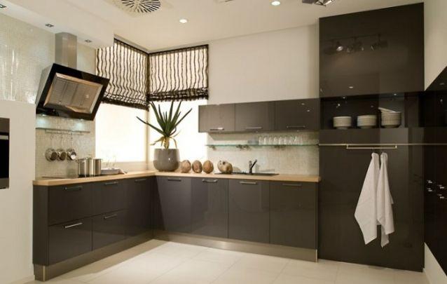 Cozinha planejada em L marrom e sofisticada