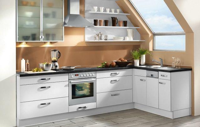 A cozinha foi planejada de modo a respeitar o teto em ângulo