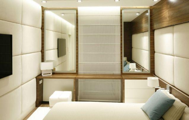 Pequeno quarto com paredes estofadas e um design único