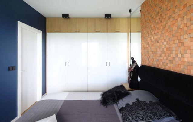 Quarto pequeno com espelho próximo ao guarda-roupa para trazer profundidade ao cômodo