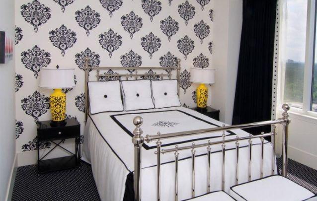 Os abajures amarelos quebram o padrão branco e preto com elegância