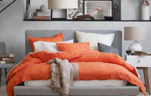 Cinza e laranja, uma combinação moderna e despojada para compor um quarto feminino
