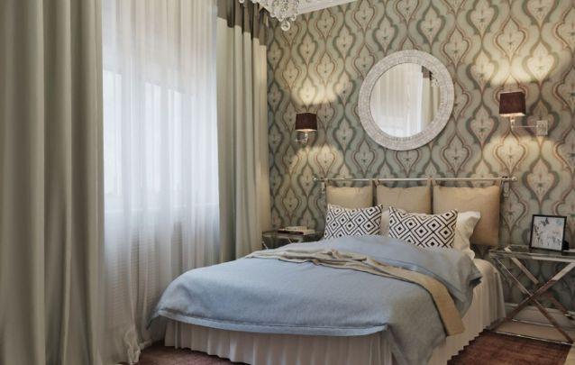 O papel de parede atrás da cama valoriza o design do quarto pequeno