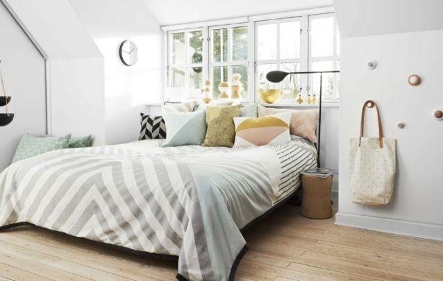 Um mix de almofadas com estampas diferentes deixa o quarto pequeno mais aconchegante
