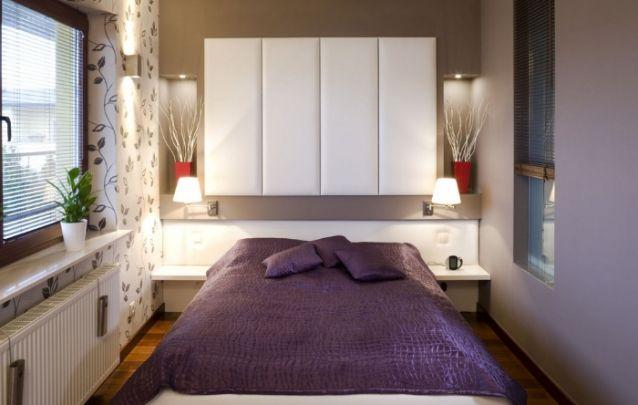 Aproveite a parede atrás da cama para acomodar um pequeno armário