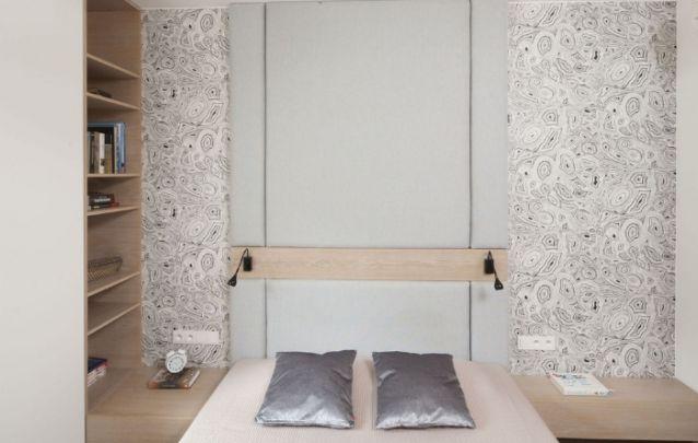 Pequeno quarto planejado de modo a utilizar todo o espaço disponível da melhor maneira